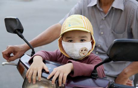 mang khẩu trang y tế ra đường cho trẻ
